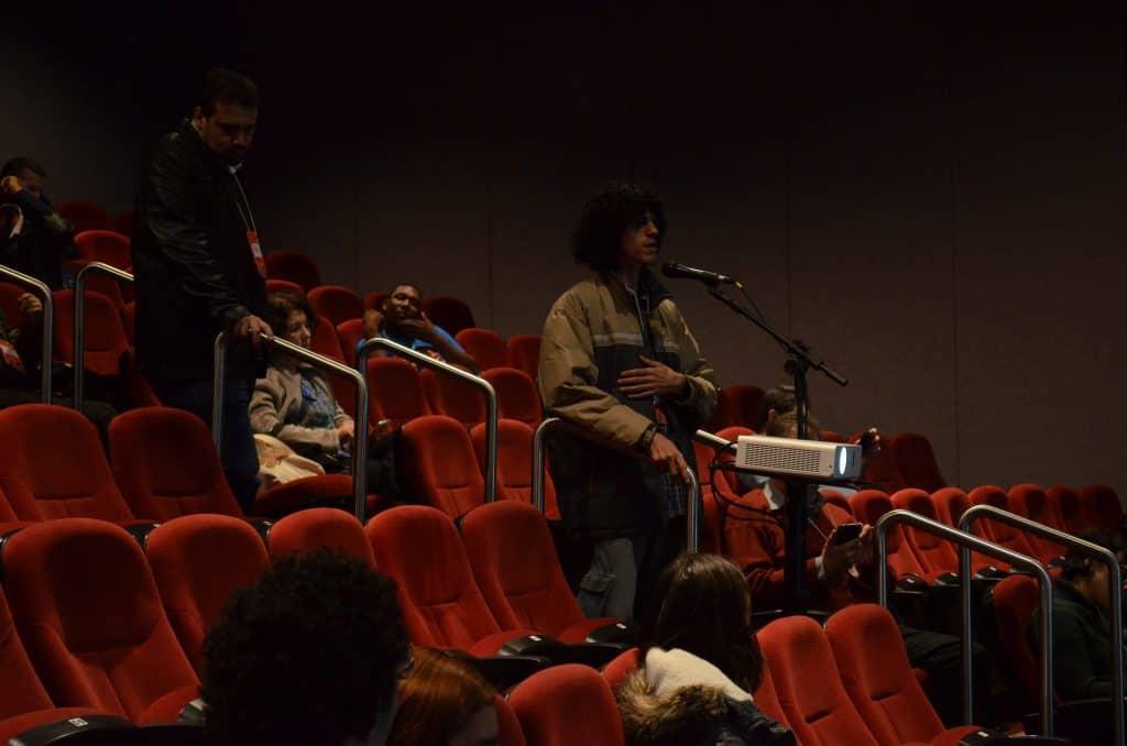 Artur Araújo no microfone opinando sobre a trilha de Conteúdos e Bens Culturais